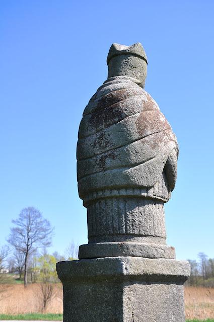 Luta k. Krasnej, kamienna figura św. Jana - widok od tyłu. Fot. KW.