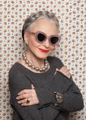 Óculos são um ótimo disfarce pras rugas! 8ea57f42ab
