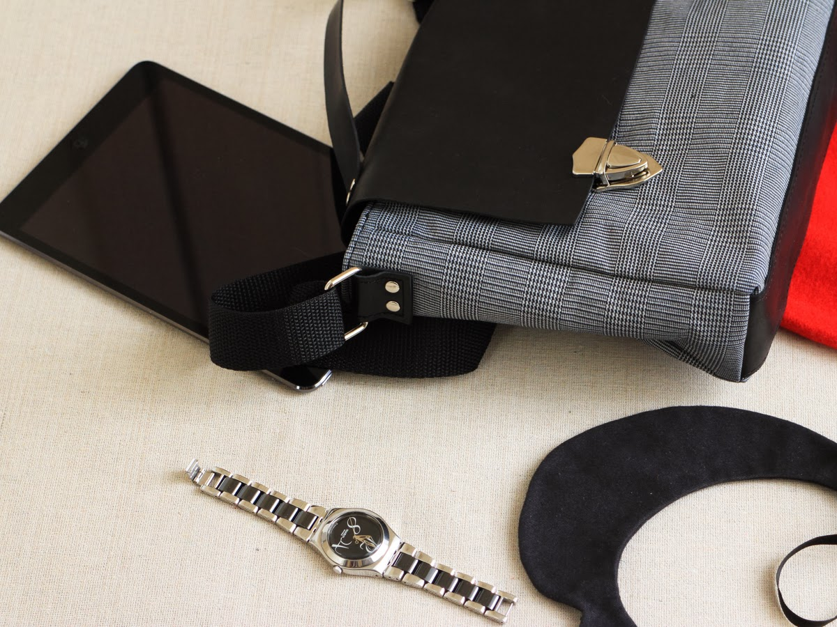 Закрывается сумка на два портфельных замка