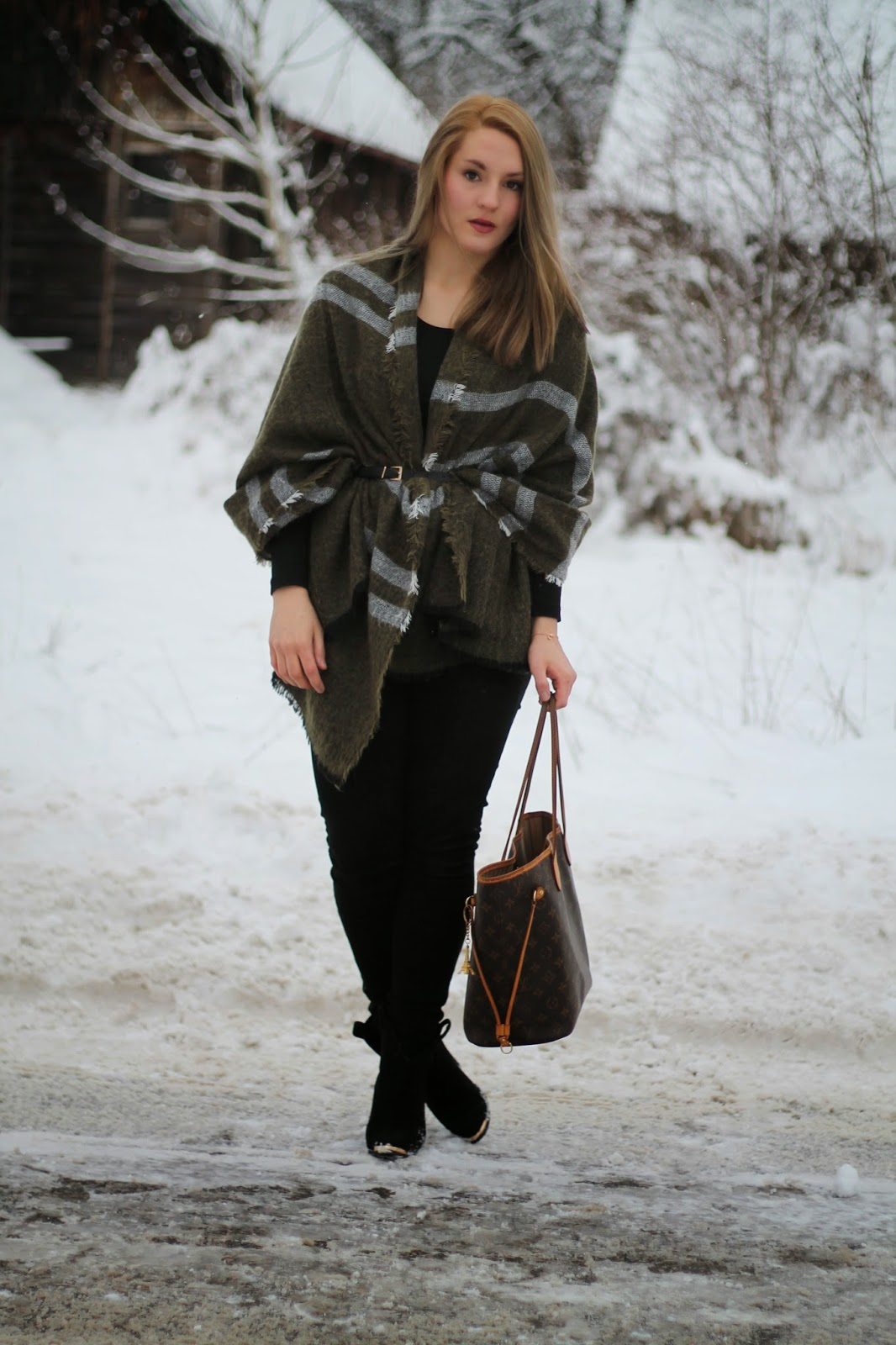 Fashionblogger Austria / Österreich / Deutsch / German / Kärnten / Carinthia / Klagenfurt / Köttmannsdorf / Winter Look / Classy / Edgy / Winter / WInter Style 2014 / Winter Look / Fashionista Look / Streetstyle Klagenfurt Vienna Wien Austria / /Winter Outfit / Cape Zara Oliv Grün Olive Scarf Blogger Must Have / Louis Vuitton Neverfull MM Monogram Canvas / Zara Jeans Black Skinny Schwarze Röhrenhose / Xenox Jewelry / Ann Chrstine Boots schwarze Heels Black Heels /