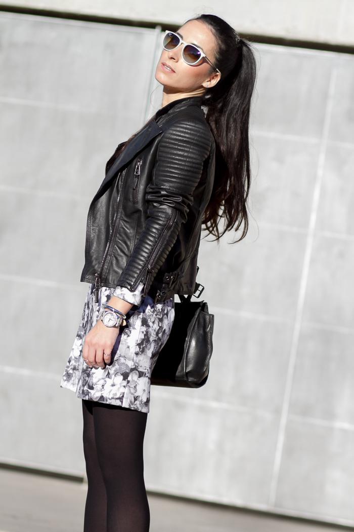 Look en Blanco y Negro con minivestido de neopreno y chaqueta motera hombros acolchados de piel de Zara