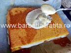 Prajitura cu lamaie prepararea retetei - stratul final de crema turnat deasupra blatului