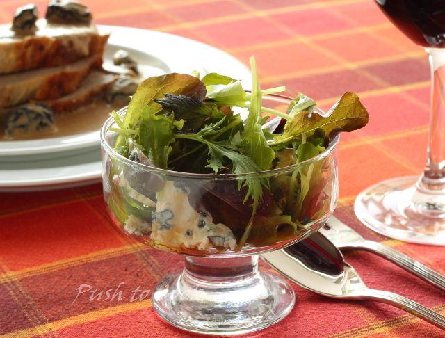 Зеленый салат с голубым сыром