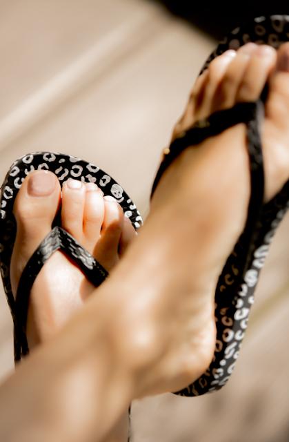 Tragebild Ipanema Animal schwarze Zehentrenner mit Nude Nagellack