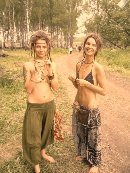 Hippie girls like to be naked