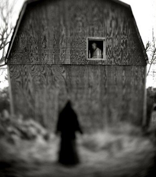 foto antigua de una sombra junto a una casa