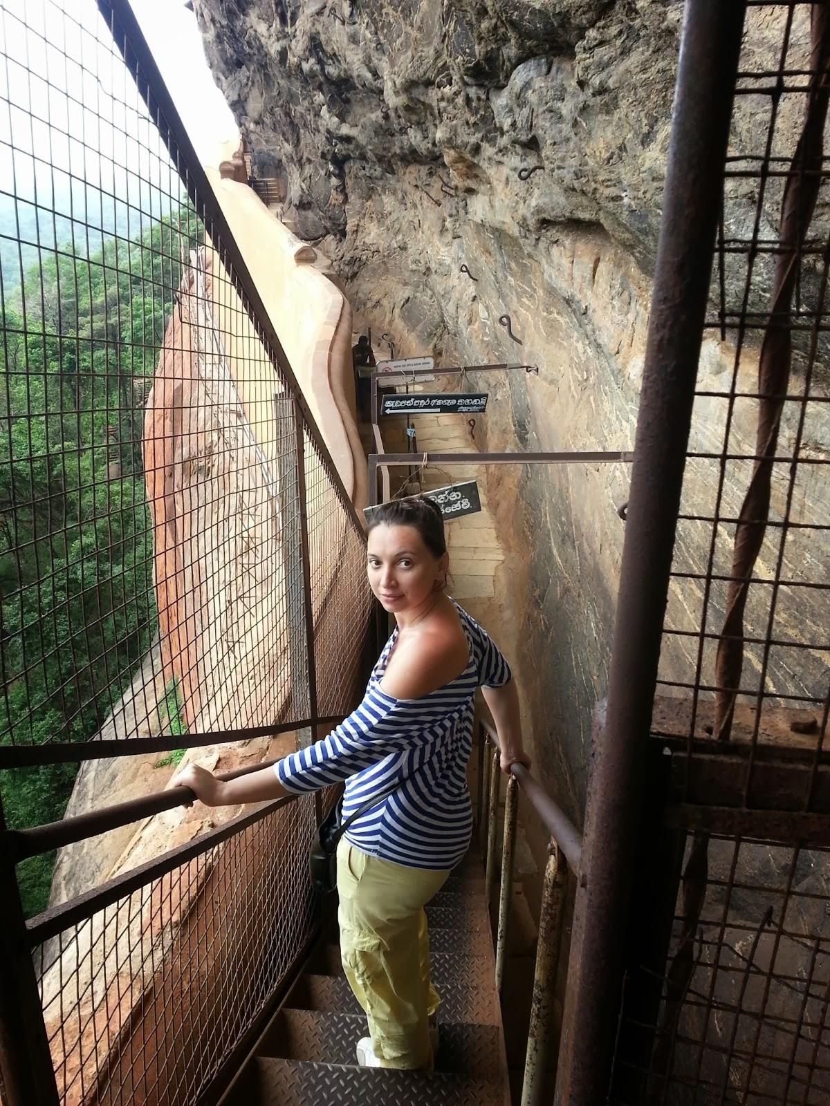 Спускаясь по железной лестнице с галереи фресок на зеркальную стену, Сигирия, Шри-Ланка