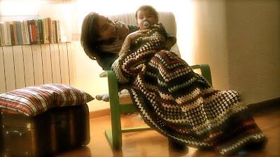 Mamá y bebé con la manta de la abuela hecha a ganchillo