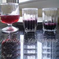 Três cálices com licores coloridos