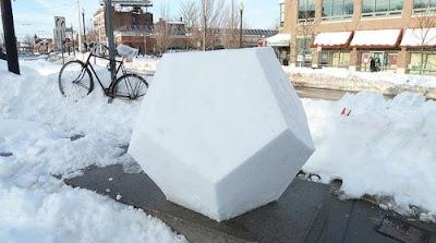 雪で出来た正12面体