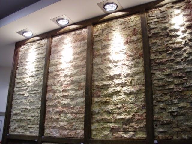 Soggiorno pietra ricostruita idee per il design della casa - Parete in pietra per interni ...