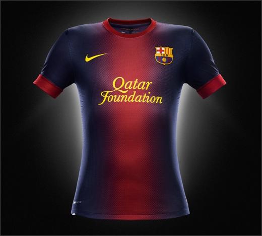 a primeira camisa do barcelona voltar a ter apenas uma faixa gren as faixas azuis por sua vez tem uma colorao mais escura do que a usada nas ltimas