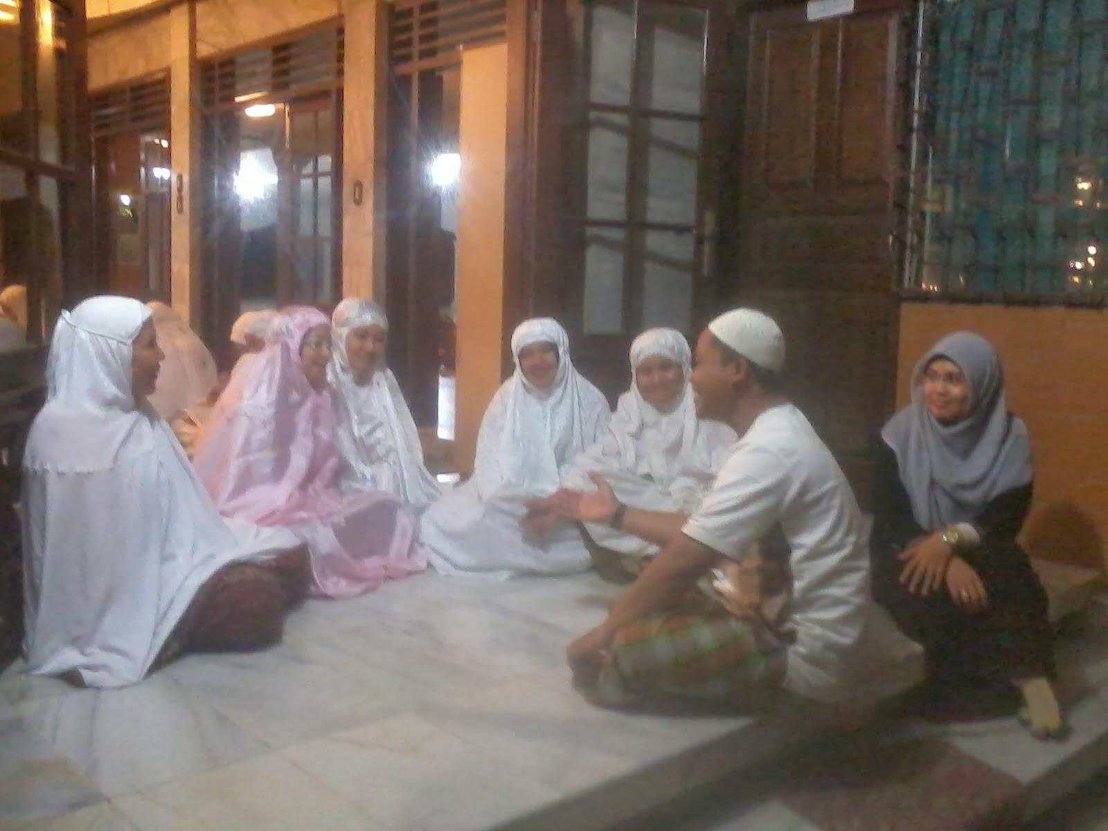 Pembimbing briefing sebelum pelaksanaan Malam Ibadah Putri kelas VII Materi yang dibahas adalah tatacara pelaksanaan Thaharah wudhu hadats besar mandi