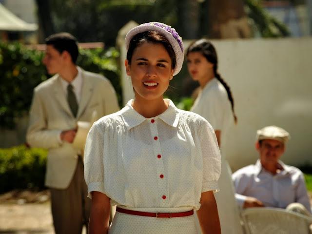 Sira Quiroga blusa y falda blanca con lunares y detalles en rojo. Llegada a Tánger. El tiempo entre costuras. Capítulo 1.