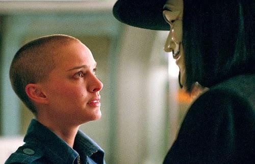 Cena do filme V de Vingança, com Natalie Portman e Hugo Weaving, como Evey e V, respectivamente