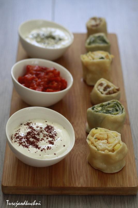 Pierożki gotowane na parze z trzema sosami
