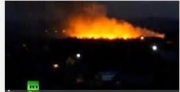 """Un numar de 49 de militari ucraineni au fost ucisi dupa ce insurgentii pro-rusi au doborat in cursul noptii un avion de transport militar deasupra aeroportului din orasul Lugansk, in estul Ucrainei, a informat sambata un purtator de cuvant al armatei, Vladislav Seleznov, citat de Reuters. Presedintele ucrainean Petro Poroshenko a promis un """"raspuns adecvat"""" fata de insurgentii pro-rusi care au doborat avionul militar ucrainean.  Ambasada Rusiei de la Kiev a fost atacata sambata dupa-amiaza de manifestanti ucraineni care au smuls steagul rus, au rasturnat masini diplomatice si au aruncat cu oua in cladire. Actiunile au fost denuntate de Rusia, care acuza """"profanarea drapelului rus"""" si incalcarea angajamentelor internationale de catre Ucraina. Washingtonul a condamnat atacul asupra ambasadei si a cerut autoritatilor de la Kiev sa respecte Conventia de la Viena."""