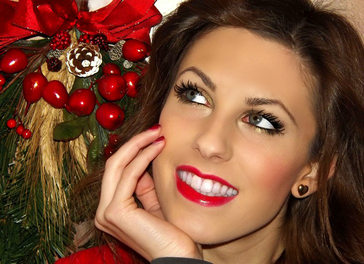 trucco per natale trucco per le feste idee labbra rosse festive holiday glam christmas makeup look tutorial bold red lips gold eyes trucco per occhi verdi heart earrings thesparklingcinnamon