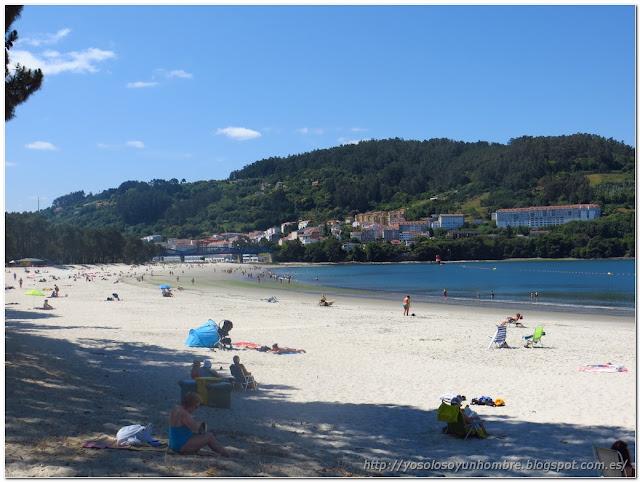 Playa de la Magdalena en Cabana, al fondo Pontedeume