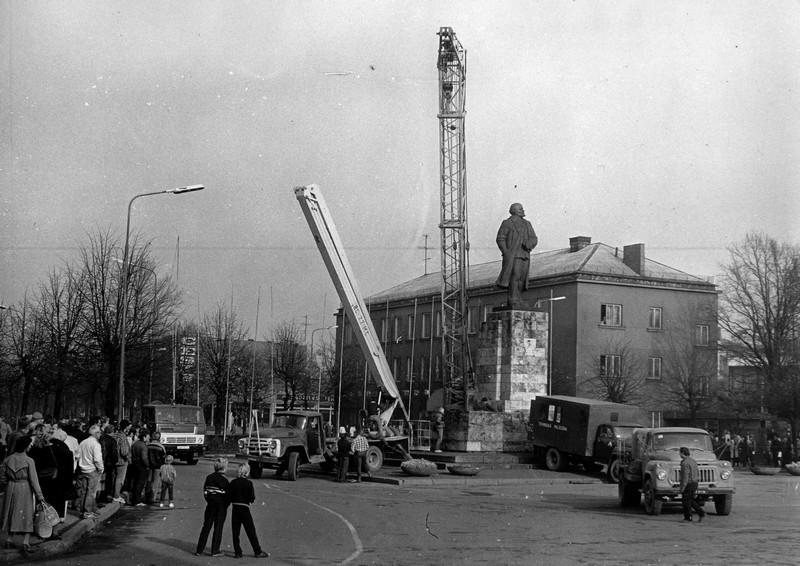 Ļeņina pieminekļa demontāža Cēsīs 1990. gada 17. oktobrī