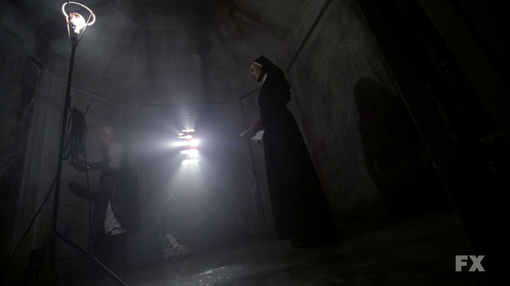 American Horror Story 2x01 - Asylum con Jessica Lange