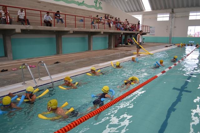 Bamba pol tica inician clases de nataci n en alberca for Alberca 8 de julio