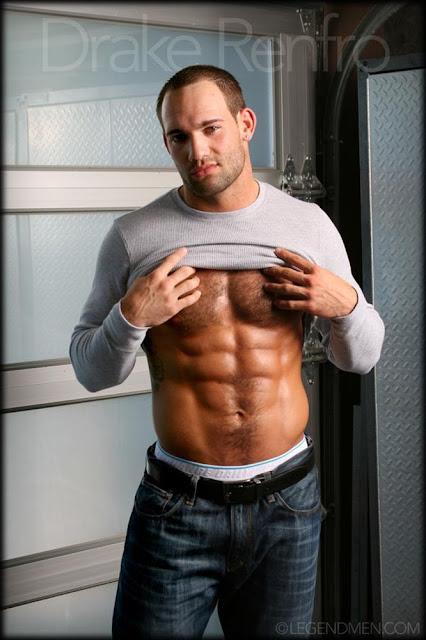 desnudo, Drake Renfro, gay, Hombre, Homoerotico, Homosexual, miembro viril, modelo, musculoso, pornstar, stripper, tatuado, velludo,