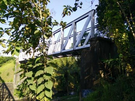 Pemandangan dari ujung Barat jembatan jalan - Jembatan Rel Pangukan