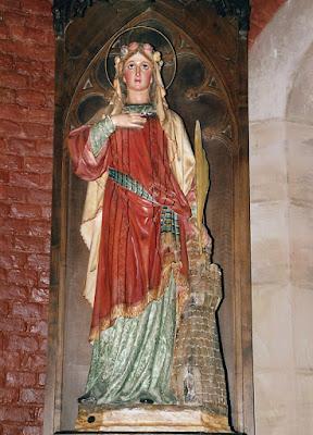 Santa Bárbara en la iglesia del poblado de Bustiello