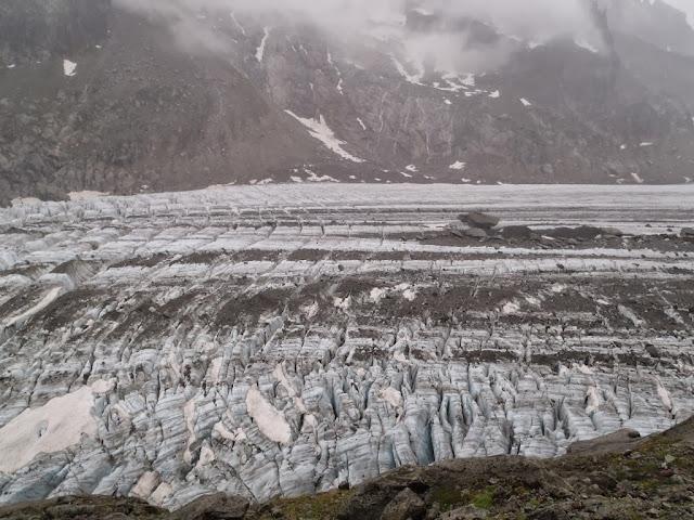 En allant aux cristaux dans le bassin d'Argentière, le sentier surplombe le glacier