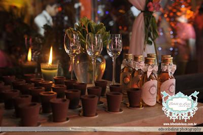 www.bibelodeluxo.com.br. Mini Licor Personalizado para Lembrancinha de Casamento. Seguindo a identidade visual planejada para o casamento, o Bibelô de Luxo - Ateliê de Idéias, personalizou mini garrafinhas com licor regional, como uma das lembrancinhas elaboradas para o casamento. As mini garrafinhas fizeram parte da composição de uma mesa com copinhos de chocolate, garrafas de licores, taças de licor de cristal, também personalizadas, além das charmosas garrafinhas que foram um dos mimos feitos aos convidados.