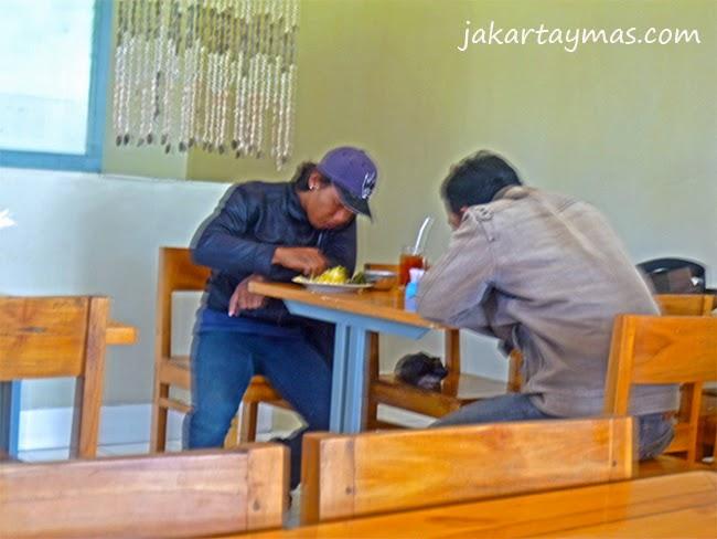 Comen con las manos en un restaurante de Indonesia