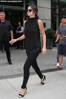 سيلينا غوميز بملابس سوداء أنيقة خلال تواجدها في مدينة نيويورك