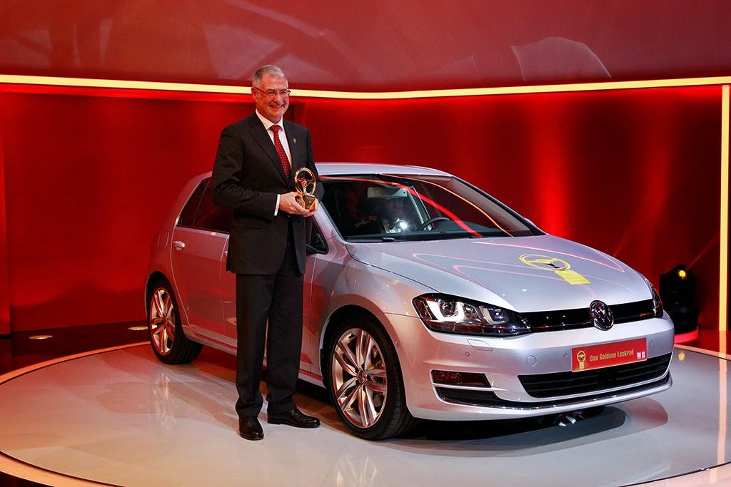 Dr. Heinz-Jakob Neußer, Mitglied des Markenvorstands Volkswagen, Geschäftsbereich 'Entwicklung', nahm den Peis für den Volkswagen Golf (Sieger Kategorie Kleinwagen/Kompaktklasse) entgegen.