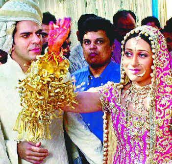 Latest Film News Online Actress Photo Gallery Karishma Kapoor Wedding Photos Beautiful Pictures