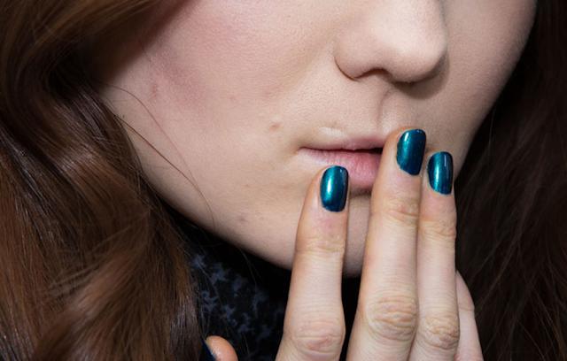 Karen Walker automne 2015 ongles nail bleu métallique