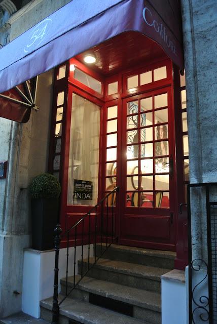 L'entrée du Studio 54, salon de coiffure à Montpellier.