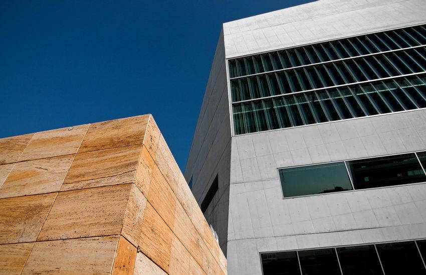 Pormenor da relação entre o edifício e uma construção próxima