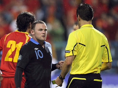 Rooney-argue-with-referee-Stark
