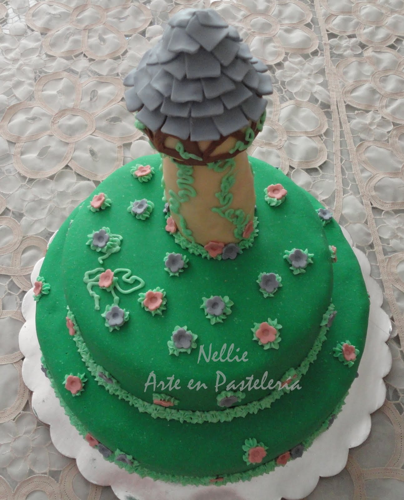 Pastel de Naranja, con la torre de Rapunzel, de la película Enredados