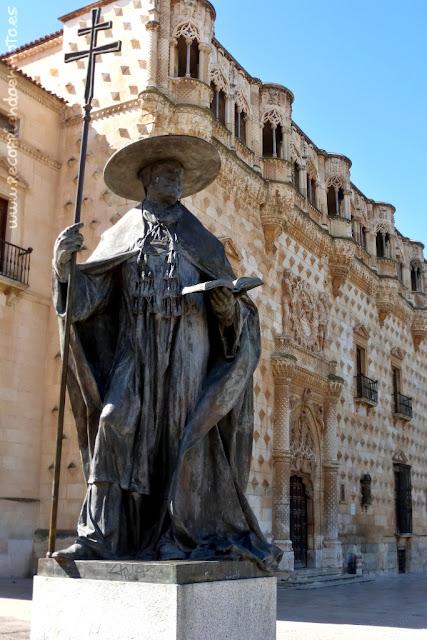 Cardenal Mendoza frente al palacio del Infantado