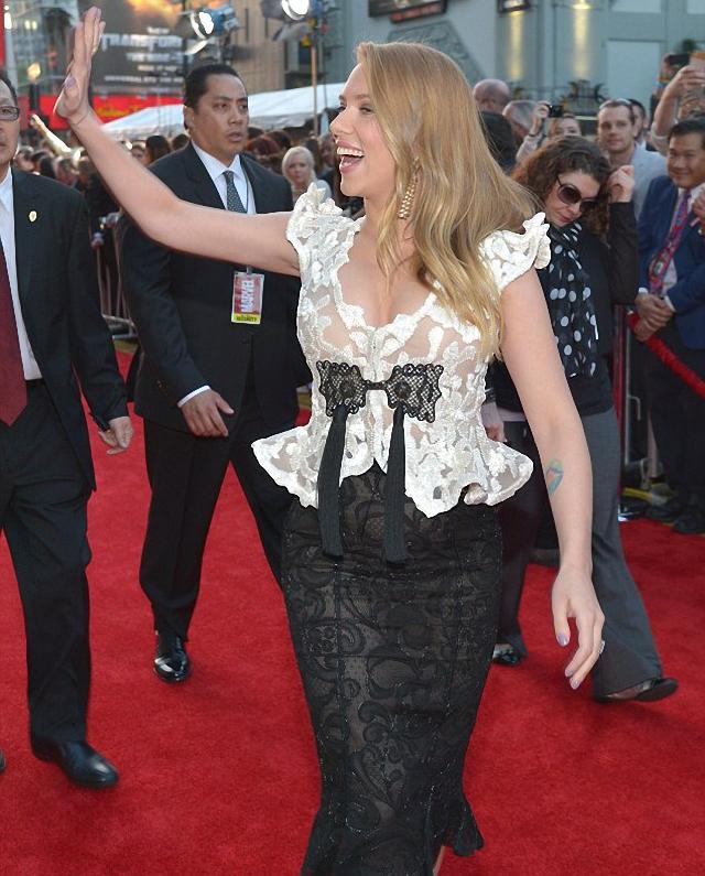 Scarlett Johansson embarazada se presenta en estreno de película