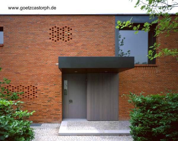 Puerta de acceso principal a la moderna residencia