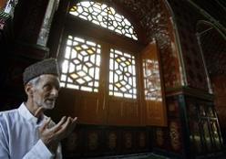 Gambar Amalan Sunnah yaitu Senantiasa berdoa minta ampun di Bulan Suci Ramadhan