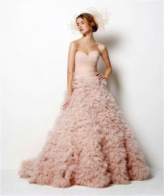 Trang phục cưới tông màu hồng cho cô dâu da bánh mật