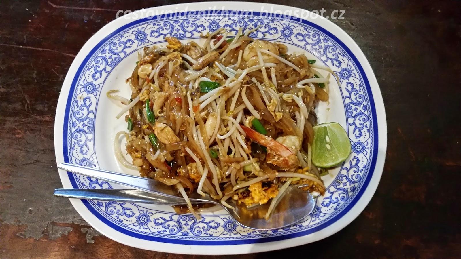 místní pokrm Pad Thai // local dish Pad Thai