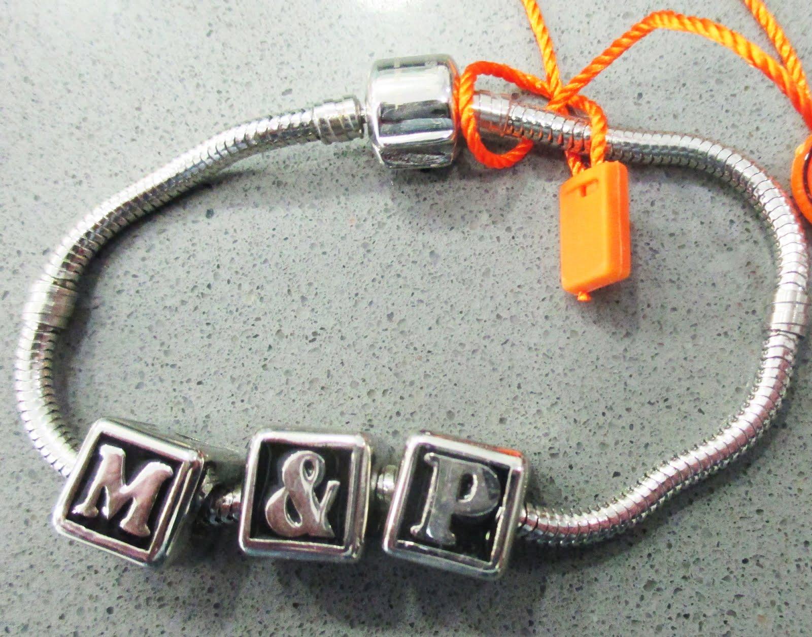 Pulsera de acero con letras 32€