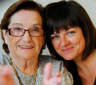 Mare i filla, relació intensa en residència gent gran