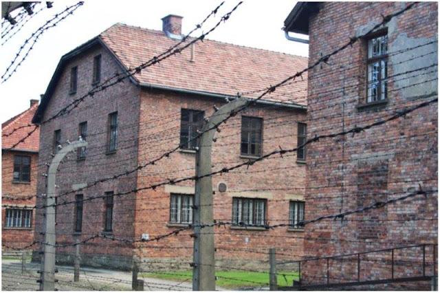 Edificios y alambradas en el campo de concentración Auschwitz I