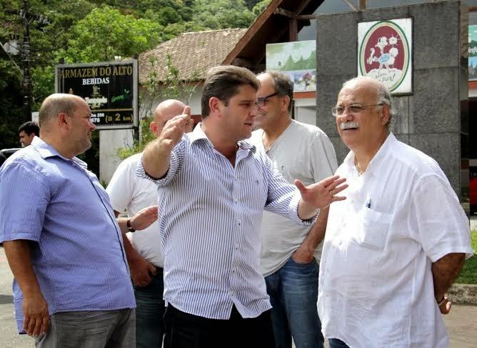 Prefeito Arlei, vice Márcio Catão, secretário de Turismo, Ronaldo Fialho, e o vereador Dr. Habib conversam sobre a revitalização da praça do Soberbo